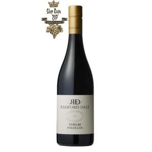 Vang Đỏ Nam Phi Radford Dale Vinum Pinotage là một linh hồn nhẹ nhàng, được hưởng lợi từ một cú chạm nhẹ và xử lý cẩn thận