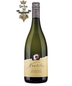 Vang Trắng New Zealand Nautilus Chardonnay kết hợp với hương thơm từ cam thảo, ớt xanh cùng sự dịu mát của đào