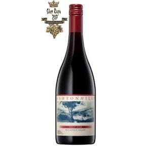 Vang Úc Ashton Hills Piccadilly Valley Pinot Noir có màu đỏ đậm. Hương thơm là sự pha trộn của anh đào đỏ, vỏ cam