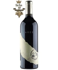 Ares Shiraz Two Hands có mầu đỏ sâu sắc với hương thơm của hoa trắng, mâm xôi đen cùng gợi ý của vani, hạt tiêu đen và gia vị.