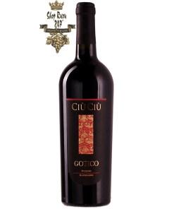 Ciù Ciù Gotico có màu đỏ ruby đậm ánh tím. Hương thơm cho thấy hương thơm của trái cây chín đỏ cùng gợi ý của vani và socola.