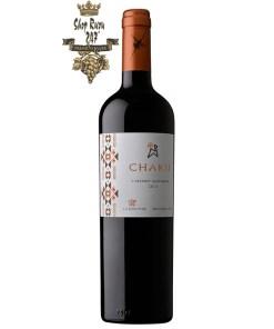 Chaku Cabernet Sauvignon có mầu đỏ đậm sống động. Hương thơm của quả đỏ chín cùng các ghi chú tinh tế của gia vị như tiêu trắng, đinh hương và đậu khấu