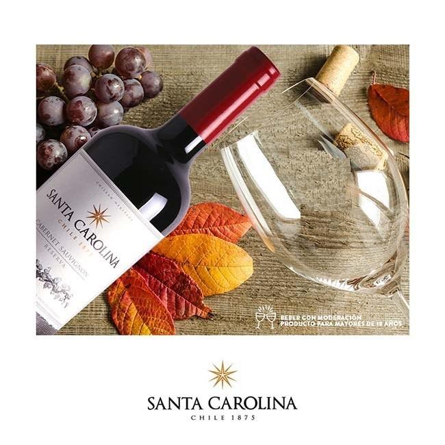 Rượu Vang Chile SANTA CAROLINA Reserva Cabernet Sauvignon bên chùm nho và ly
