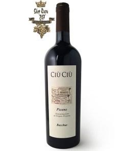 Ciù Ciù Piceno Bacchus có màu đỏ ánh tím đặc trưng . Mở rượu lan toả hương thơm quyến rũ của trái cây rừng, dâu tây cùng gợi ý của vani