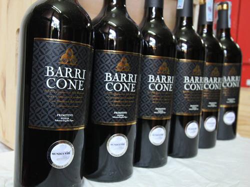 Rượu Vang Đỏ Barricone IGP Primitivo có màu đỏ đậm. Chai rượu này có một hương vị phong phú với hương thơm của vani,