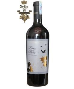 Rượu Vang Ý Luna Nera Vino Rosso Italia có mầu đỏ đẹp mắt. Hương thơm nổi bật của hoa quả chín đỏ cùng trái cây chín. Vòm miệng cho thấy tannin mịn màng