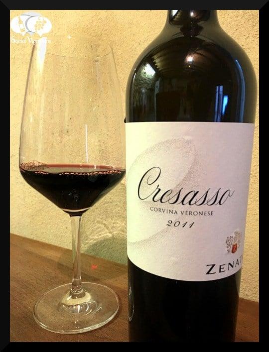 Rượu Vang Đỏ Zenato Cresasso Corvina Veronese có mầu đỏ anh đào đậm sâu. Cresasso là sự pha trộn của hai quá trình lên men, với màu ruby đậm, một cấu trúc quan trọng và hàm lượng cồn.