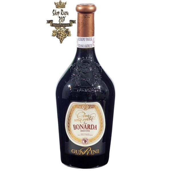Rượu Vang Đỏ Cera una Volta Bonarda Frizzante có mầu đỏ ruby đẹp mắt. Hương vị của các loại trái cây như anh đào đen và hạnh nhân