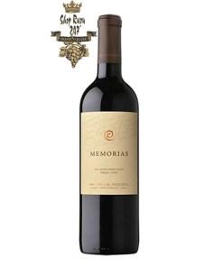 Rượu Vang Chile Đỏ Memorias có mầu đỏ ánh tím, nó nổi bật với cấu trúc tuyệt vời, với vị tannins mềm mại