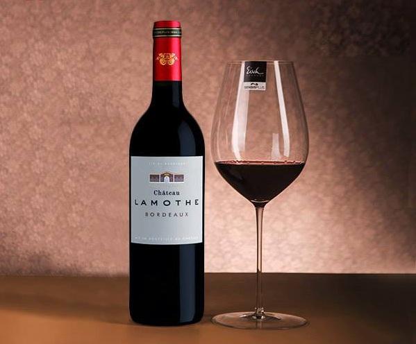 Rượu Vang Pháp Chateau Lamothe Bordeaux có màu đỏ đậm đẹp mắt. Hương thơm của các loại trái cây