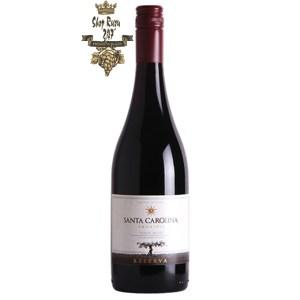 Chile SANTA CAROLINA Reserva Pinot Noir có mầu đỏ đậm. Hương thơm của quả dâu tây, nho đỏ với một chút cam thảo
