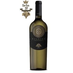 Rượu Vang Trắng Suadens Campania Bianco có mầu vàng rơm đẹp mắt. Hương thơm của các giống trái cây địa phương không thể tìm thấy ở bất kì đâu trên thế giới. Hương vị của hoa nhài trộn lẫn với gia vị của lê, đào, mận.