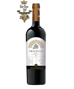 Rượu Vang Chile Đỏ Tricyclo Vinedos có mùi của quả mâm xôi chín, quả mận và dâu tây mang đặc trưng của giống nho Cabernet Franc