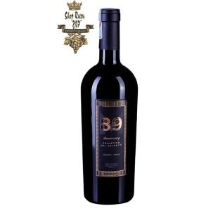 Rượu Vang Ý 89 Anniversary Primitivo Del Salento có mầu đỏ ánh tím đẹp mắt. Hương thơm của hoa quả chín như anh đào, mận, phúc bồn tử.