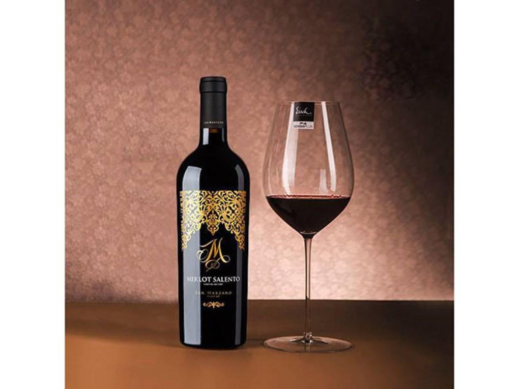 Rượu Vang Ý M Merlot Limited Edition Salento IGP và ly rượu (Ảnh từ nhà sản xuất)