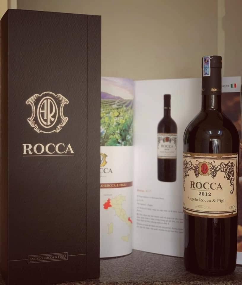 Rượu Vang Ý Rocca Rosso Salento IGT có màu đỏ đậm. Hương thơm của các loại trái cây chín đỏ cùng với hương vị cay nhẹ. Tannin mềm mại, bền bỉ dài lâu