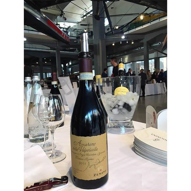 Chai Zenato Amarone Della Valpolicella Sergio Riserva DOCG trên bàn tiệc sang trọng