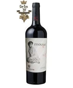 Rượu Vang Chile Đỏ Mousai Merlot có mầu đỏ đậm đẹp mắt. Hương thơm của hương hoa, cam thảo và nấm kết hợp