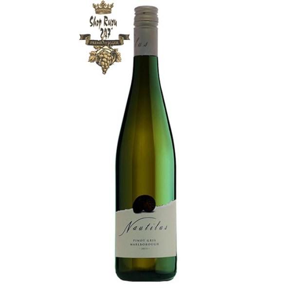 Rượu vang New Zealand Nautilus Pinot Gris mang hương vị sống động lôi cuốn của một chút vị đắng chocolate hòa cùng chút cay