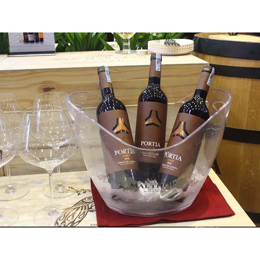 Rượu Vang Đỏ Tây Ban Nha Portia Roble có màu đỏ tươi sáng với một chút ánh tím. Hương thơm mạnh mẽ và đầy quyến rũ