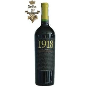 Rượu Vang Đỏ 1918 Classic Cabernet Sauvignon có mầu đỏ ngọc đẹp mắt. Hương thơm mạnh mẽ của mâm xôi, dâu tây và ca cao