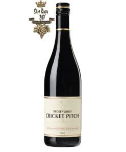 Rượu Vang Đỏ Úc Brokenwood Cricket Pitch Red có mầu ruby đẹp mắt. Hương thơm của trái cây tối, tuyết tùng, anh đào, mận