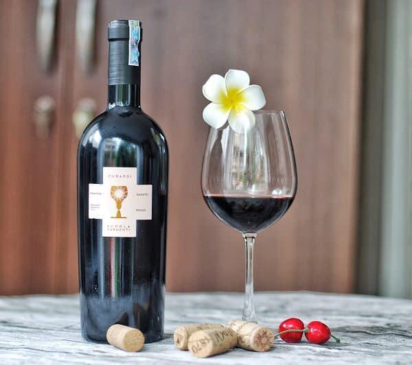 Rượu Vang Ý Đỏ Cubardi có mầu đỏ đậm. Một loại rượu vang với cấu trúc tannin mềm mại và êm mượt