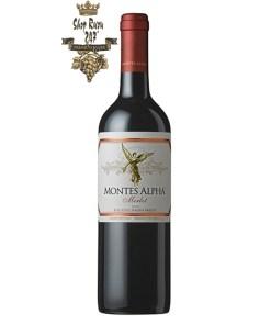 Vang Đỏ Montes Alpha Merlot có mầu đỏ ruby sáng. Hương vị mạnh mẽ của trái cây chín mầu đỏ như vanilla, mocha, mâm xôi