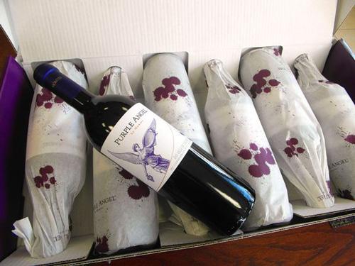 Rượu Vang Đỏ Montes Purple Angel Carmenere là một chai rượu vang có những cây nho được chọn lựa kĩ càng cẩn thận