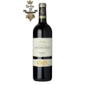 Rượu Vang Đỏ Pháp Chateau Lestruelle 2010 có màu ngọc bích. Hương thơm phức hợp và mãnh liệt của thảo mộc, olive và trái cây.