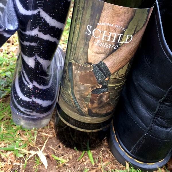 Vang Đỏ Úc Schild Estate Cabernet Sauvignon khoác lên mình lớp áo màu đỏ tím cùng hương thơm phong phú và thanh lịch
