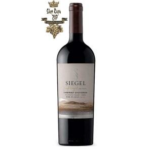 Rượu Vang Đỏ Siegel Single Vineyard Cabernet Sauvignon có mầu đỏ cherry đậm. Hương thơm ngọt ngào hòa quyện