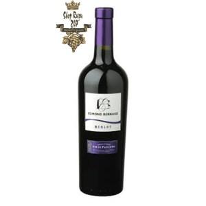 Rượu Vang Đỏ Pháp Edmond Bernard Merlot có màu đậm sâu. Hương thơm nồng nàn của các loại trái cây chín đỏ như mâm xôi, anh đào, ô liu