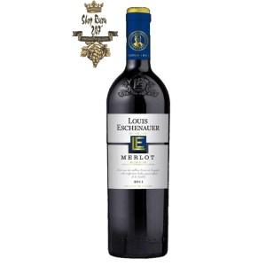 Rượu Vang Đỏ Louis Eschenauer Merlot có mầu đỏ garnet cực thẫm. Hương thơm biểu cảm của các loại quả mọng đỏ, anh đào,