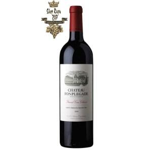 Rượu Vang Pháp Đỏ Chateau Fonplegade có màu đỏ tím đẹp mắt. Hương thơm quyến rũ của trái cây, hương khói, cam thảo