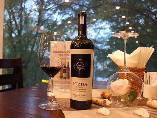 Rượu Vang Đỏ Tây Ban Nha Portia Summa có màu đỏ ruby rất đậm. Hương thơm mãnh liệt và đặc trưng của đinh hương