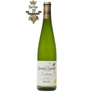 Rượu vang trắng Gustave Lorentz Alsace Riesling BIO Organic mang đến một màu vàng chói tựa pha lê, bung tỏa một làn hương đầy cuồng nhiệt