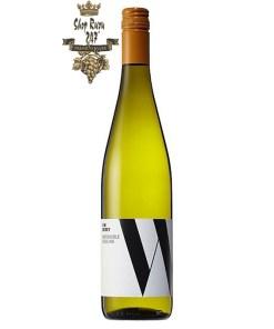 Rượu vang Úc Jim Barry Watervale Riesling gây kích thích khứu giác người dùng bởi một mùi hương lan tỏa của hạt hạnh nhân