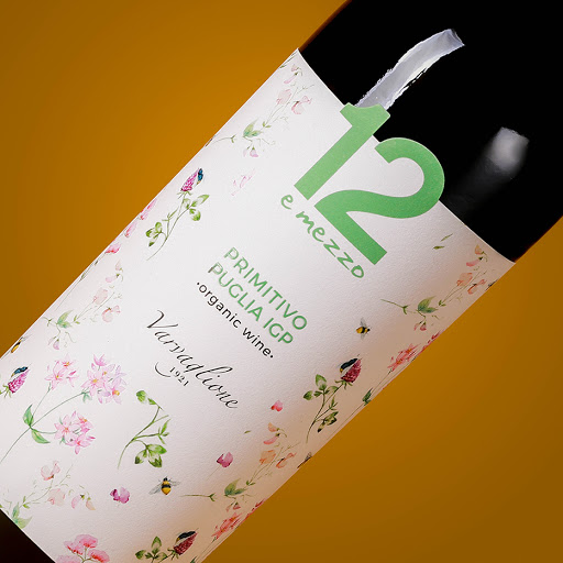 Các 12 E Mezzo Primitivo Organic là một loại rượu vang đỏ đơn thể hiện tất cả sự phong phú và cường độ của Apulia. Nó được sản xuất bởi công ty Varvaglione