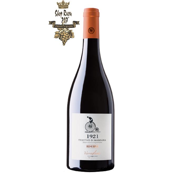 rượu vang 1921 Primitivo di Manduria Riserva DOP Varvaglione mở ra với hương thơm nồng nàn và đậm đặc của trái cây chín đỏ, anh đào đen