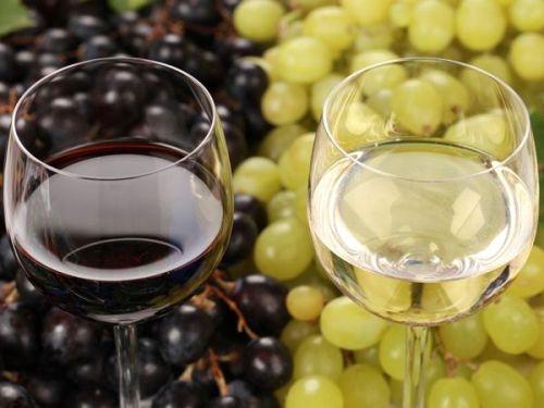"""""""Rượu Vang"""" là loại thức uống có cồn và được sản xuất chỉ từ nước ép nho lên men. Nếu được sản xuất từ những trái cây khác như: mận, đào, táo, lê,.... thì được gọi là """"Vang trái cây"""""""