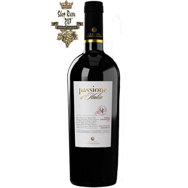 Rượu có màu đỏ Ruby mãnh liệt với sắc thái garnet, mùi hương hoa nồng nàn, phong phú của trái cây màu đỏ