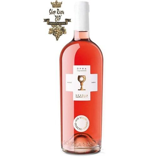 Rượu vang Ý Schola Sarmenti O'Pra Negroamaro Rose có màu sắc tươi sáng với màu hồng san hô đậm, nhìn đẹp mắt