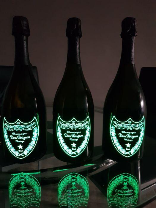 Vang Champagne Dom Perignon Luminous – Dom Đèn Phát Sáng có màu sáng, vàng nhạt đến trung bình. Hương liệu rơm rạ