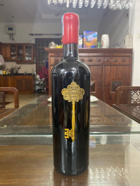 Rượu Vang Ý Segreto được thiết kế với vẻ ngoài rất đẹp và sang trọng, logo của hang sản xuất là hình chiếc chìa khóa