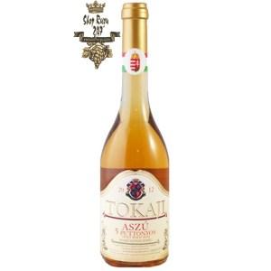 Rượu Vang Ngọt Hungary Tokaj Aszu 5 Puttonyos có màu vàng tươi đẹp mắt. Được kết hợp từ ba giống nho Furmint, Hárslevlũ, Sárgamuskotály