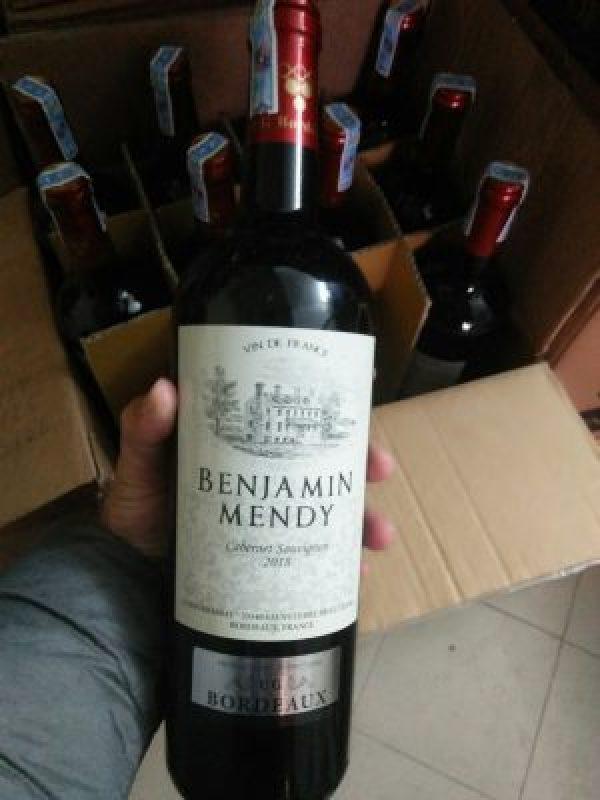 Rượu Vang Pháp Đỏ BENJAMIN MENDY Cabernet Sauvignon có màu đỏ tươi. Mang hương thơm của các loại trái cây