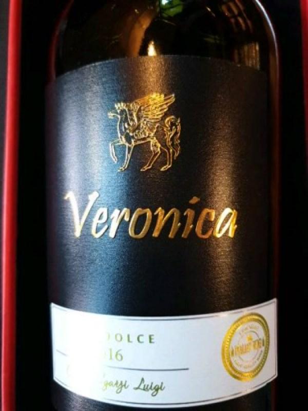 Rượu Vang Ý Đỏ Veronica Rosso IGP có màu đỏ ngọc lựu trong sáng và vô cùng bắt mắt. Rượu mang phong cách thanh lịch