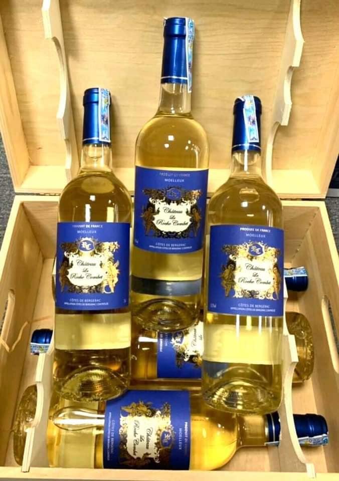 Vang Pháp CHÂTEAU LA ROCHE COMBET trắng có màu vàng rơm, là kết tinh của trái mơ, mật ong và các loại