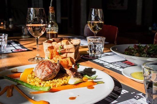 Sự kết hợp giữa thức ăn và rượu vang tuyệt vời tạo ra sự cân bằng giữa các thành phần của một món ăn và các đặc tính của một loại rượu